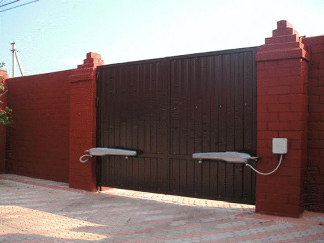 Распашные автоматические ворота коричневого цвета для коттеджа
