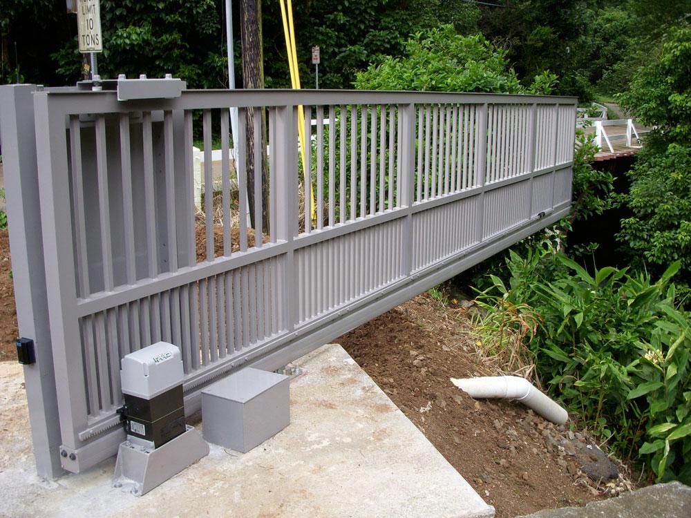 Откатные серые автоматические ворота для парковой зоны