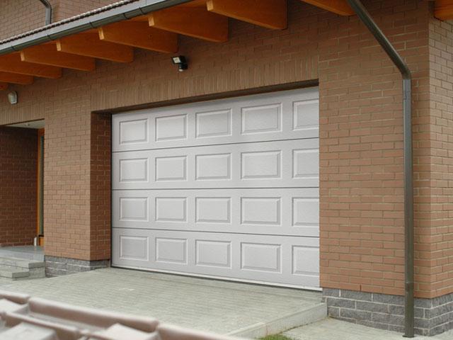 Белые секционные автоматические ворота для гаража