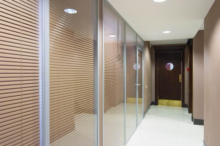 Перегородки со стеклом в холле