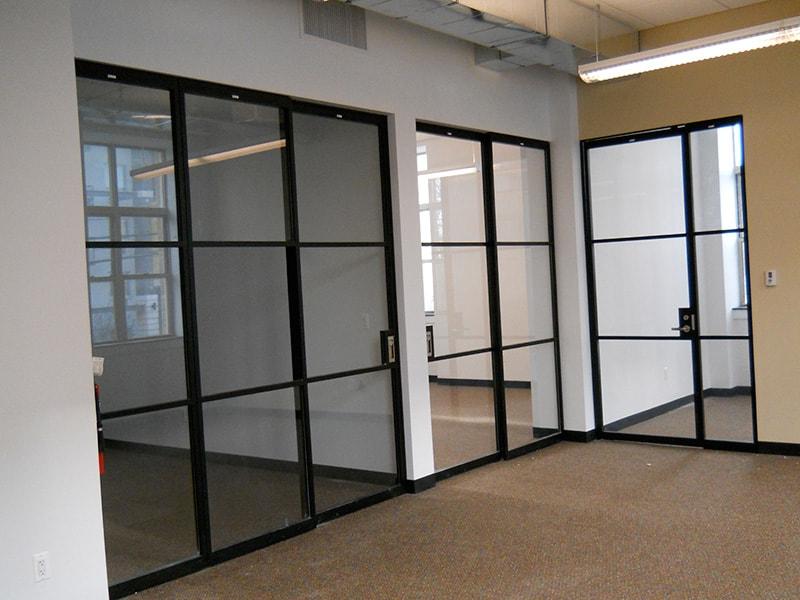 Чёрные перегородки для торгового центра со стеклом