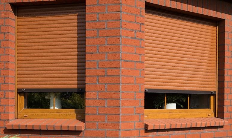 Рулонные шторы под кирпич для окон дома
