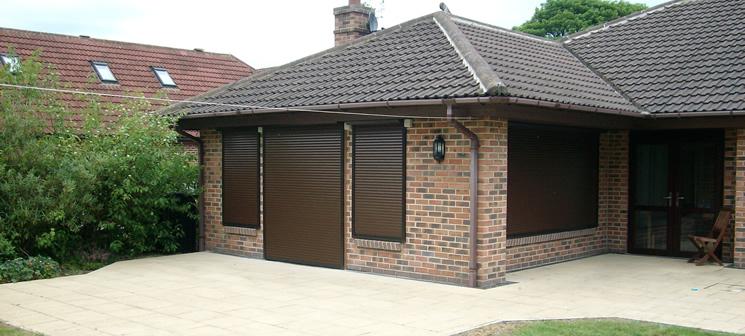 Рулонные ставни для окон и дверей дачного дома