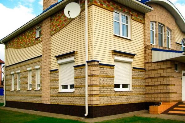 Белые оконные рольставни для дачного дома