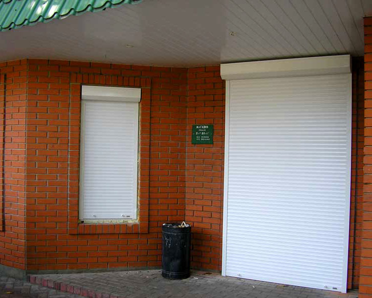 Белая роллета для двери магазина