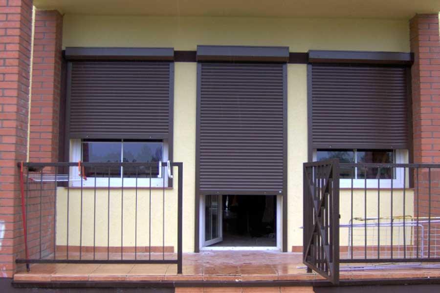 Коричневые рулонные шторы для двери частного дома