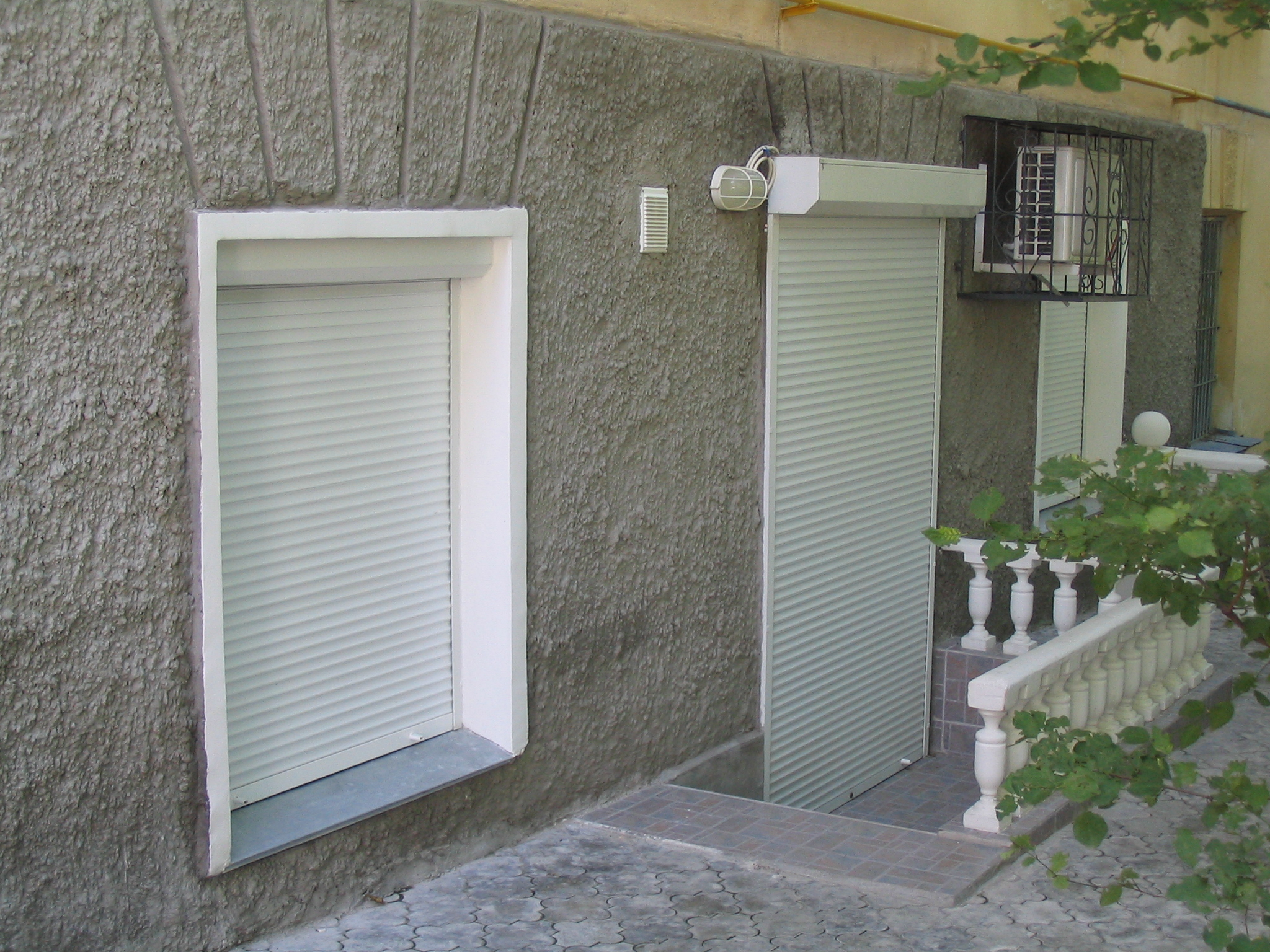 Белые рулонные шторы для двери ломбарда