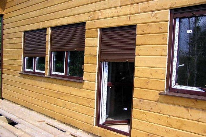 Коричневые роллеты для двери и окон частного дома