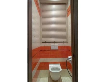 Белые рулонные шторы для сантехнического щита в туалете