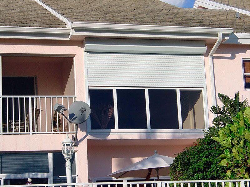 Белые роллеты для балкона квартиры