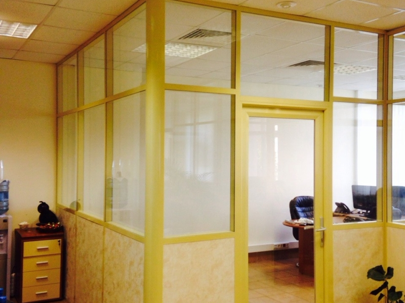 ЛДСП перегородки для офиса с матовым остеклением