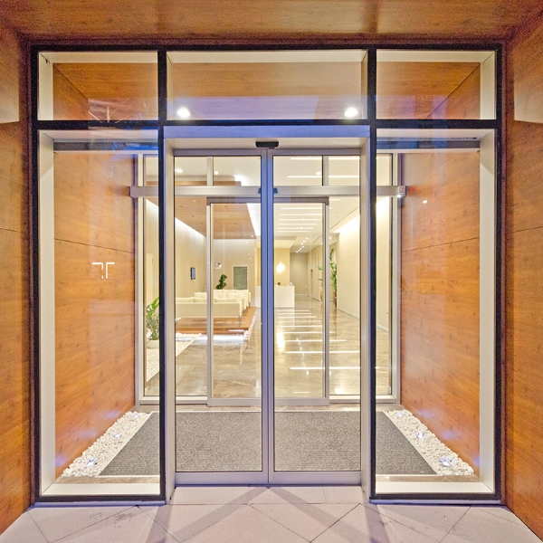 Раздвижные автоматические двери Dorma в торговом центре
