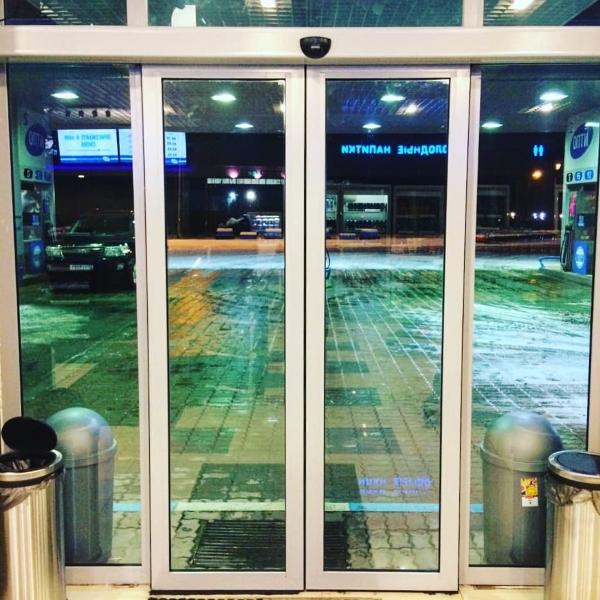 Раздвижные автоматические двери Dorma на заправке