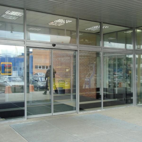 Раздвижные автоматические двери Ditec в торговом центре