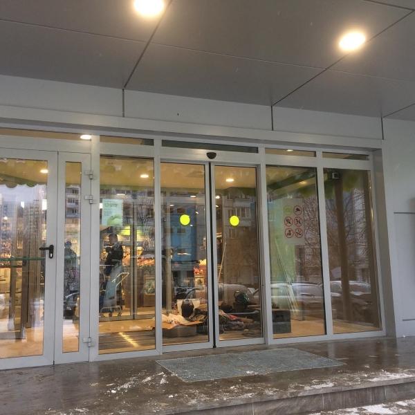 Раздвижные автоматические двери Ditec в офисном здании