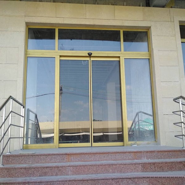 Автоматические раздвижные двери Faac А1000 в бизнес-центре