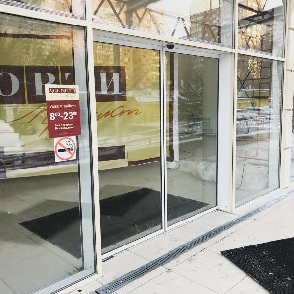 Раздвижные автоматические двери Faac А1400 в торговом помещении