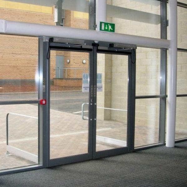 Распашные автоматические двери Doorhan в учебном заведении