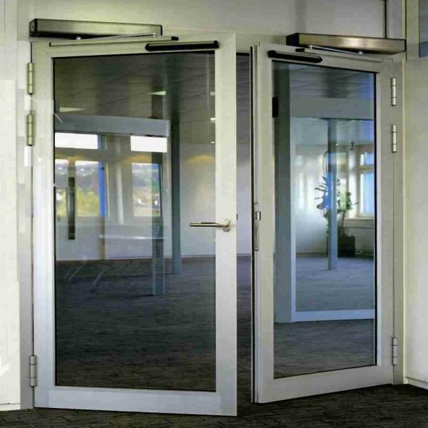 Автоматические распашные двери Dorma в офисном здании