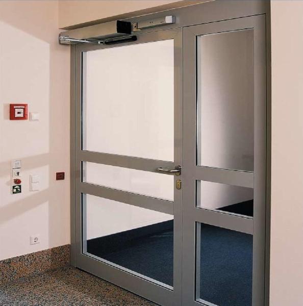 Распашные автоматические двери Dorma в школе