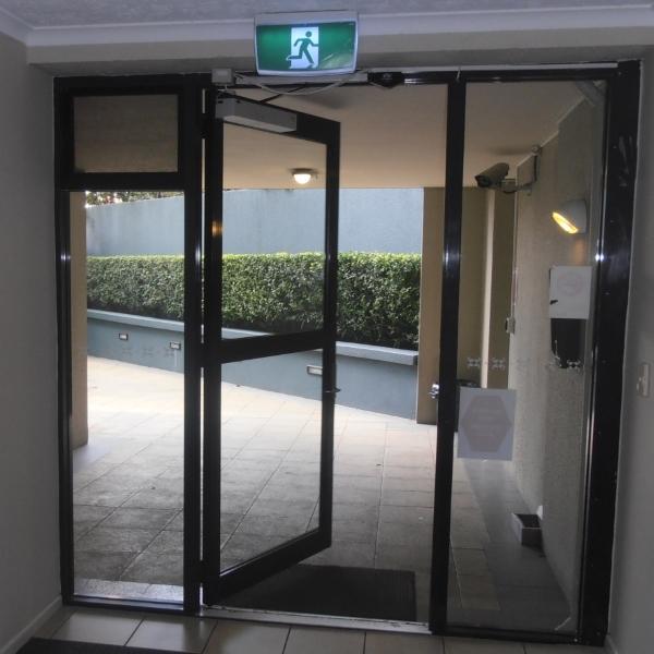 Распашные автоматические двери Dorma в жилом комплексе