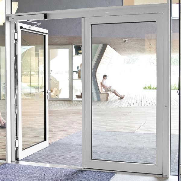 Автоматические распашные двери Ditec в торговом комплексе