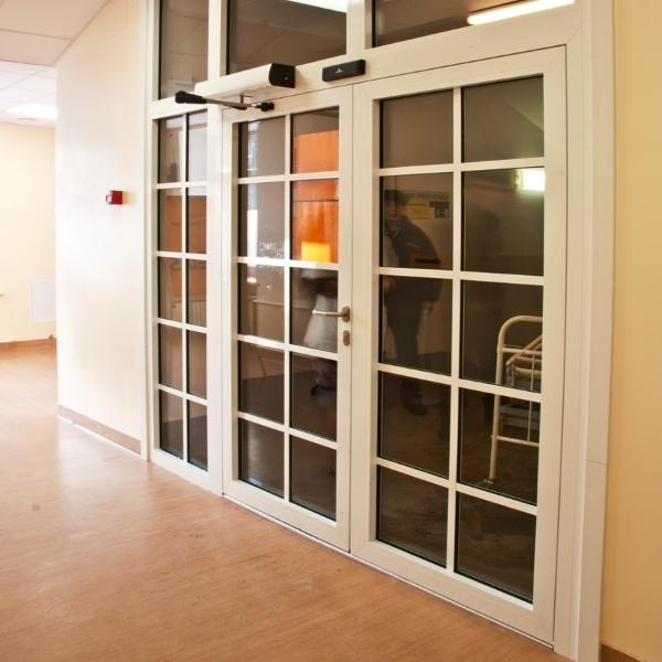 Автоматические распашные двери Faac в поликлинике
