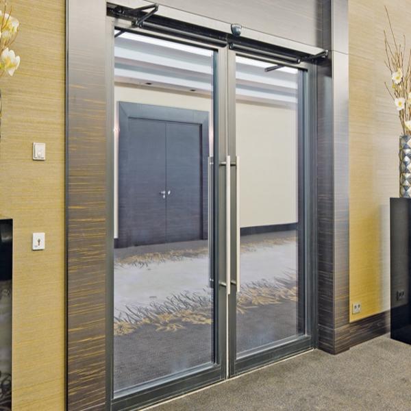 Распашные автоматические двери Faac в холле отеля