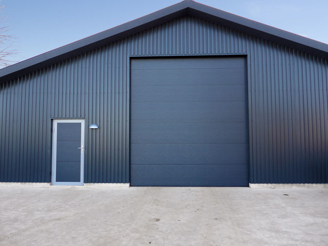 Серые секционные промышленные ворота Дорхан