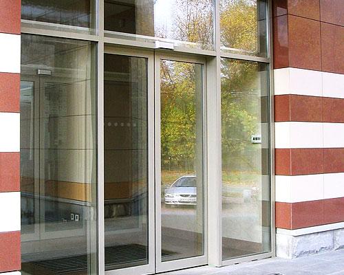 Раздвижные стеклянные двери Doorhan для офисного здания