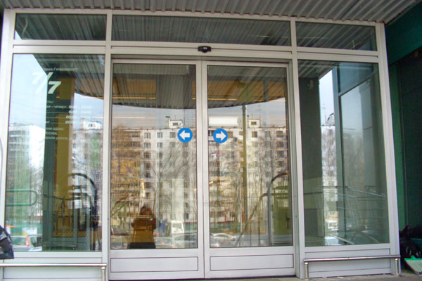 Входные двери из пластика и алюминия Doorhan для торгового центра