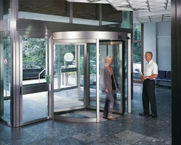 Карусельные автоматические двери Dorma для бизнес-центра