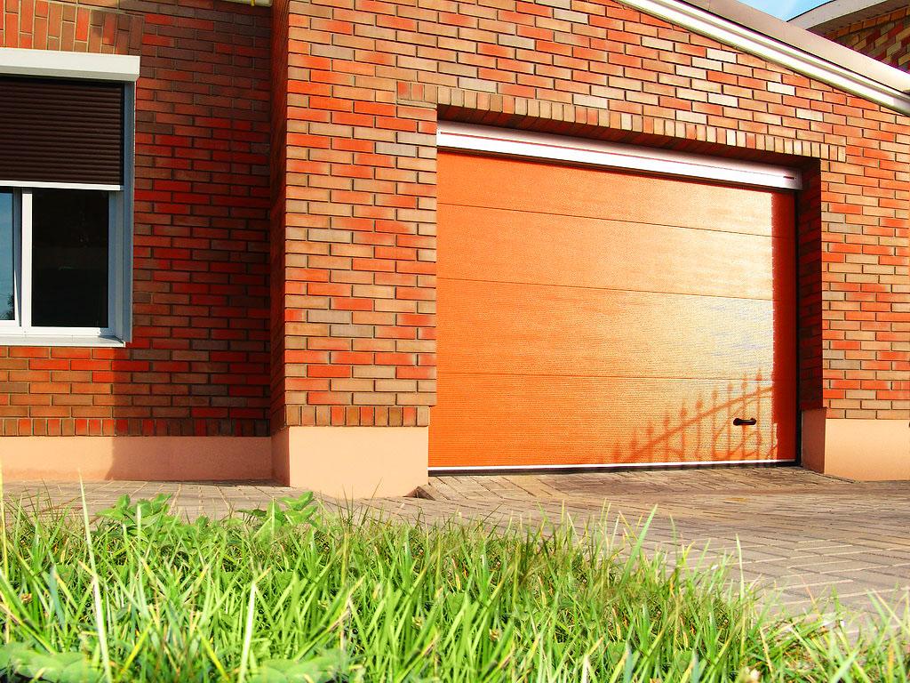 Секционные ворота для гаража с отделкой под дерево  3300х2300