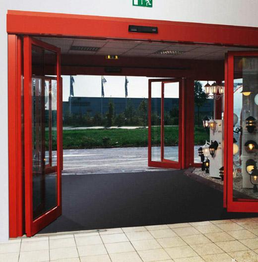 Распашные двери Dorma для торгового центра