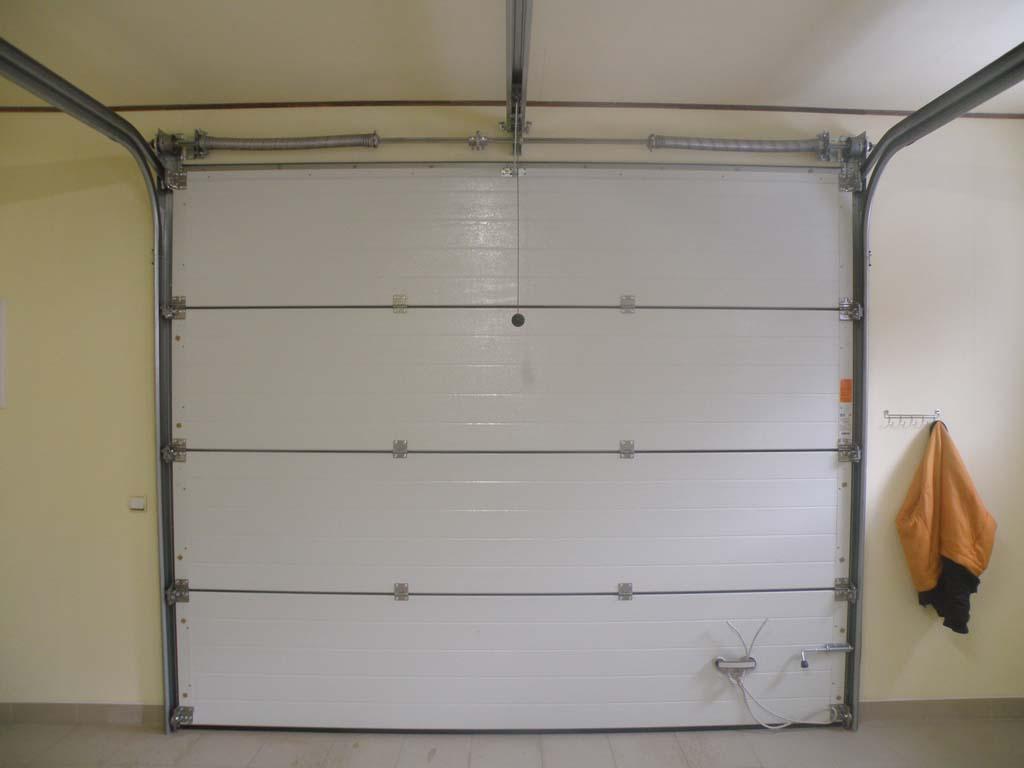 Подъёмные секционные ворота для гаража белого цвета 2900х2700