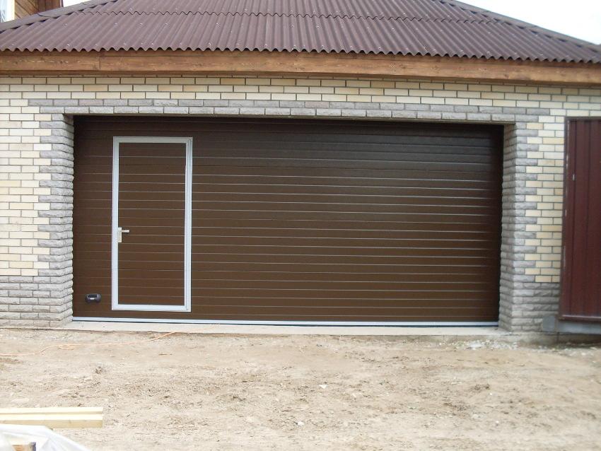 Секционные коричневые ворота с калиткой для гаража