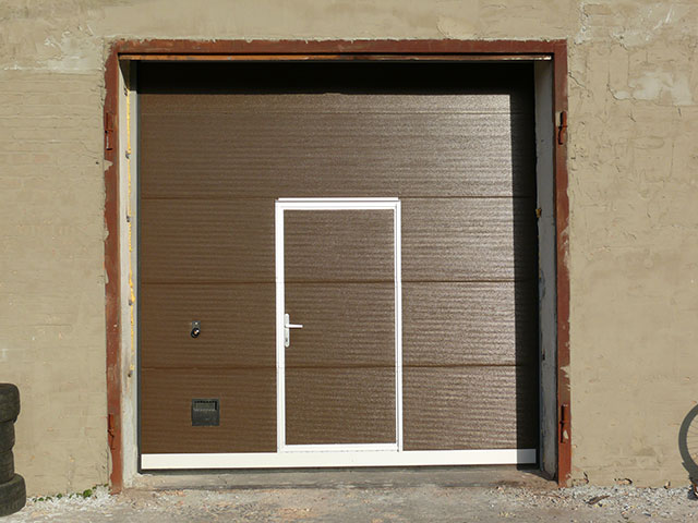 Секционные ворота с калиткой микроволна