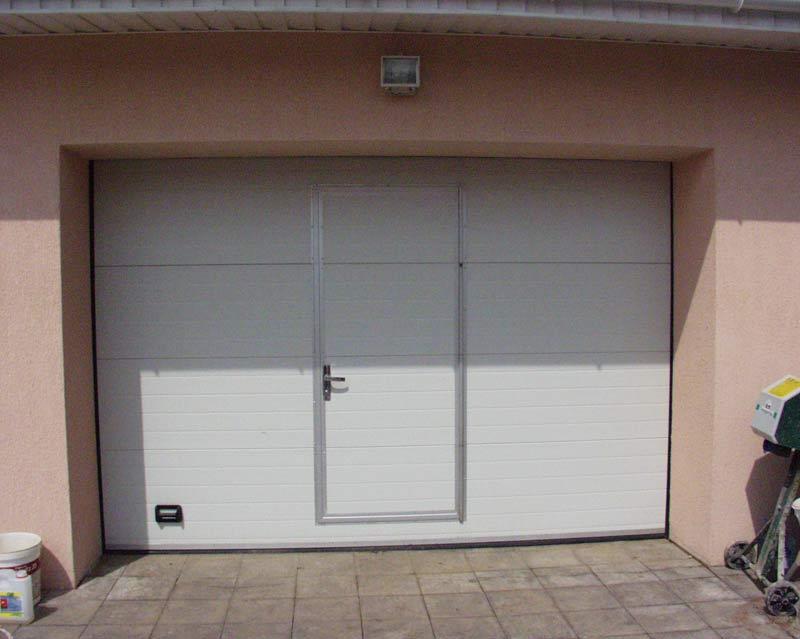 Секционные ворота с калиткой гаражные