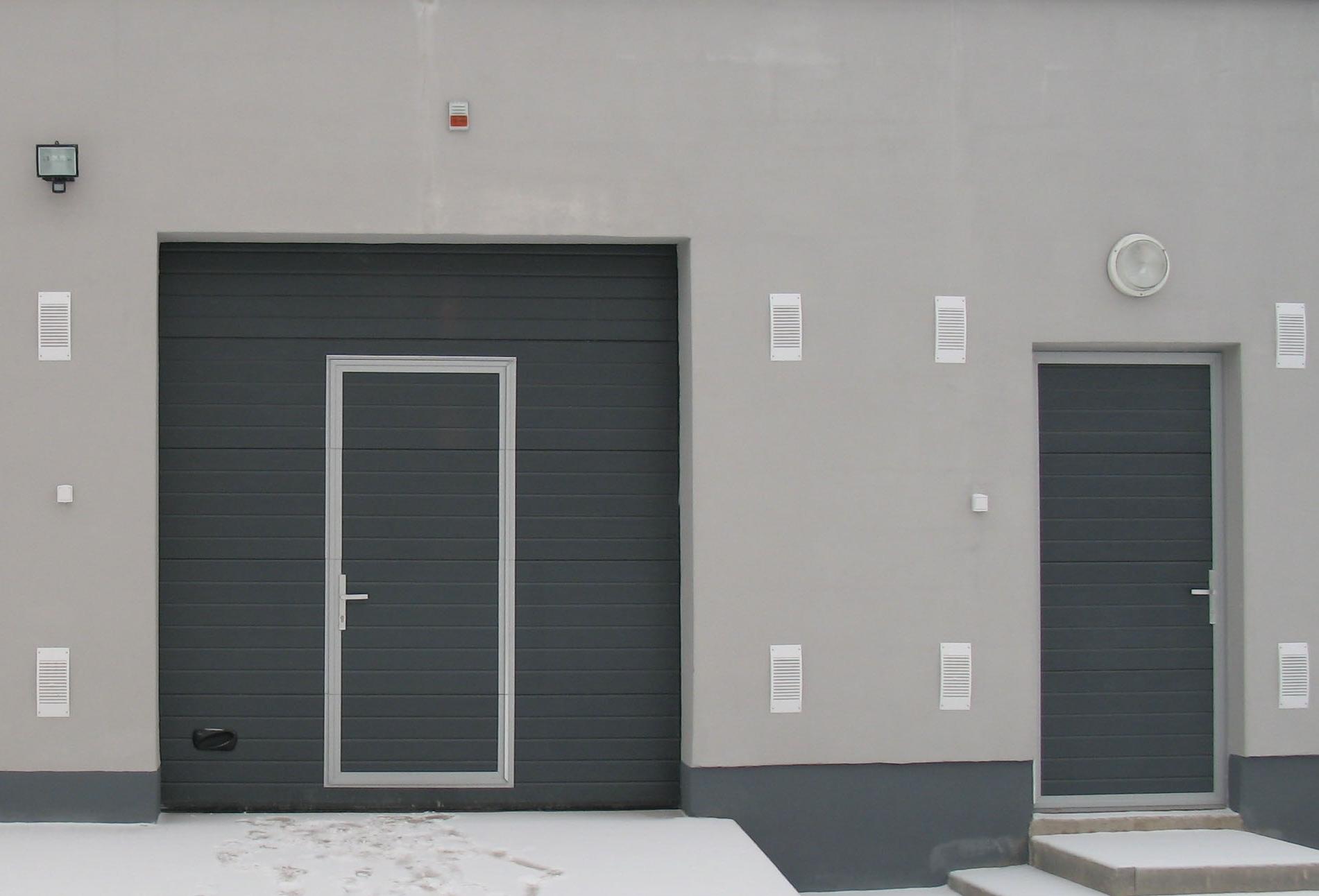 Секционные гаражные ворота с отдельной дверью