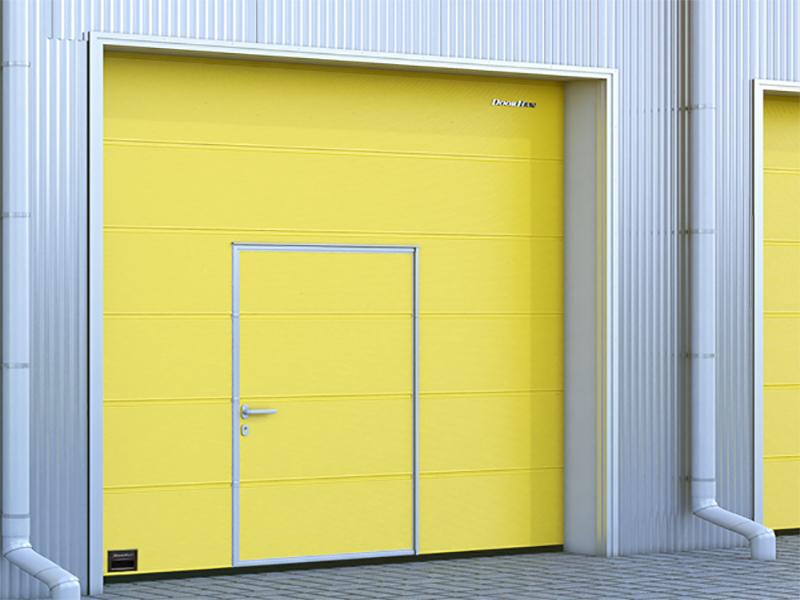 Промышленные секционные ворота со встроенной калиткой