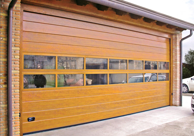 Секционные ворота для гаража с панорамными панелями под дерево