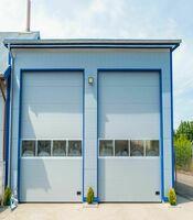 Промышленные секционные ворота с панорамными панелями с приводом Doorhan