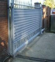 Откатные ворота с пиками с приводом FAAC