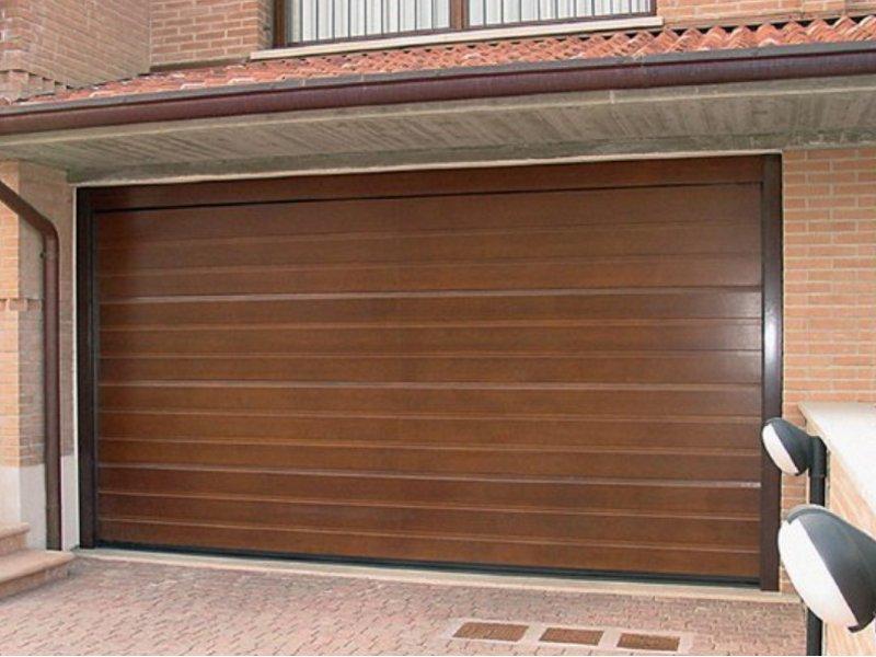 Секционные ворота в гараж таунхауса