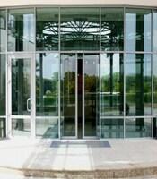 Раздвижные двери с приводом FAAC для офисного здания