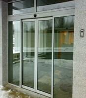 Раздвижные двери для офисного здания с приводом FAAC