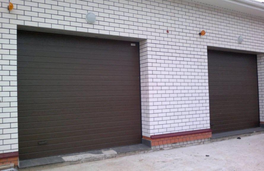 Секционные ворота для гаража c двумя въездами