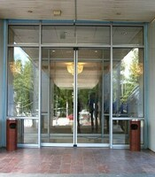 Раздвижные двери с приводом FAAC для здания офисного