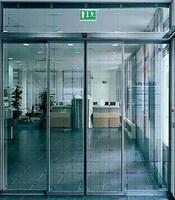 Раздвижные двери в офисное здание с приводом FAAC