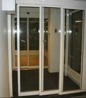 Распашные двери в офисное здание с приводом Doorhan